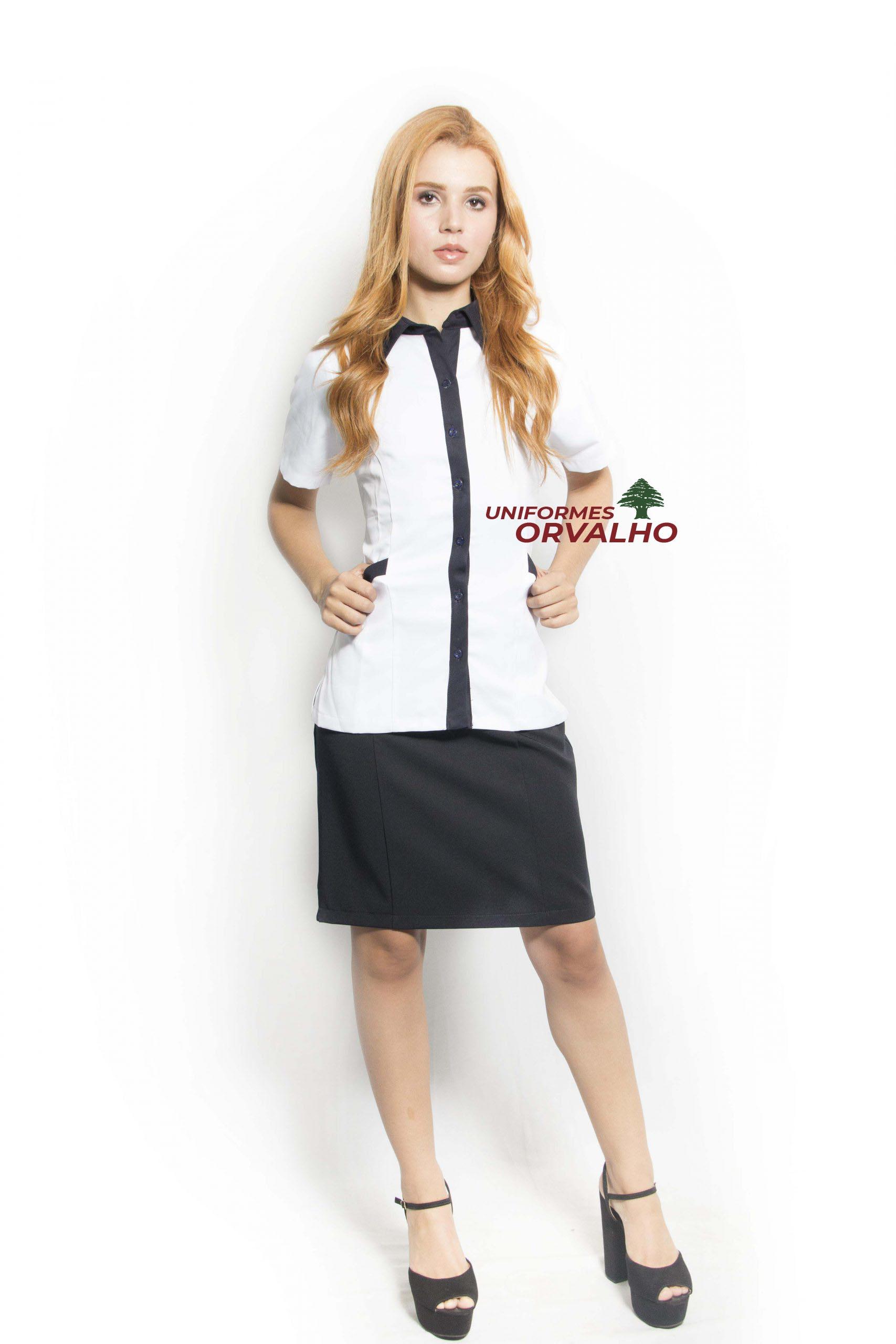 Camisa social feminina com bolso na cor branca com detalhe azul marinho