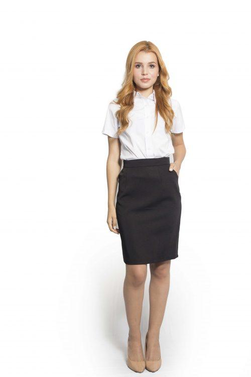 Camisa social feminina manga curta, em tecido tricoline ( algodão/ poliéster / elastano ) na cor branca. Saia social feminina com bolso faca, em tecido Two Way ( com elastano ) na cor preta.